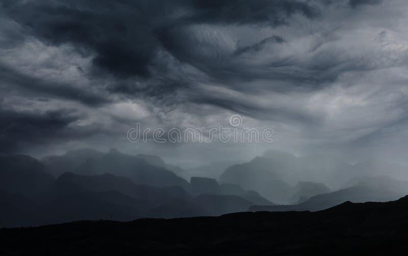 Regna i berg arkivfoton