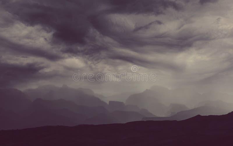 Regna i berg royaltyfria foton