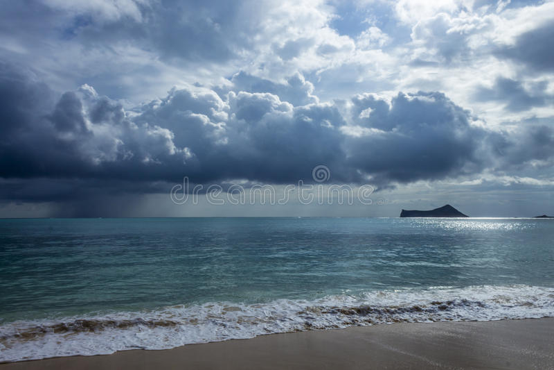 Regna moln på Waimanalo royaltyfria bilder