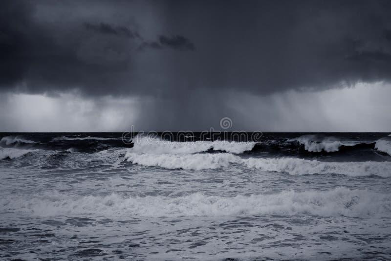 Regna och storma på havet med intressant ljus arkivbild