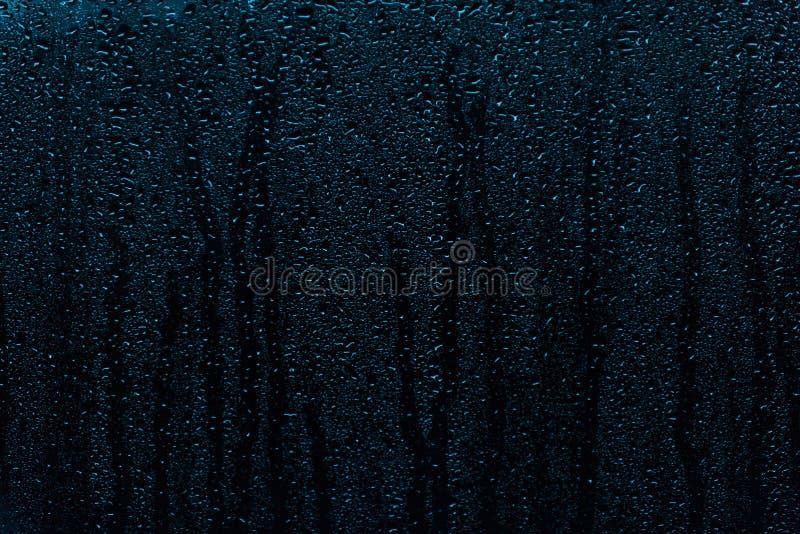 Regna små droppar som kör ner ett fönster, abstrakt bakgrund fotografering för bildbyråer