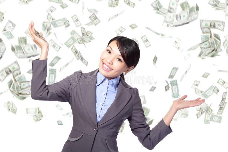 Regnar lyckliga under pengar för affärskvinnan royaltyfri fotografi