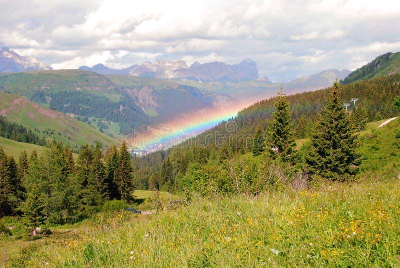 Regnbåge över Arabba, Dolomites arkivbilder