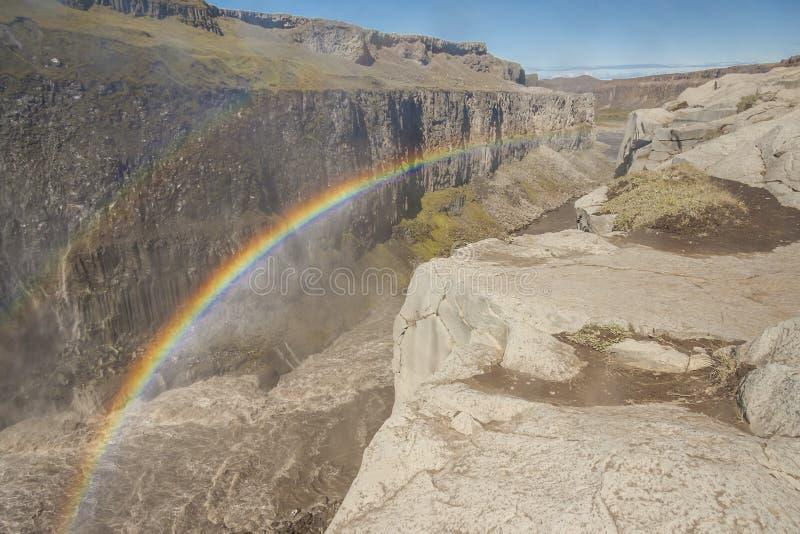 Regnbåge över den Dettifos vattenfallet - Island. royaltyfri foto
