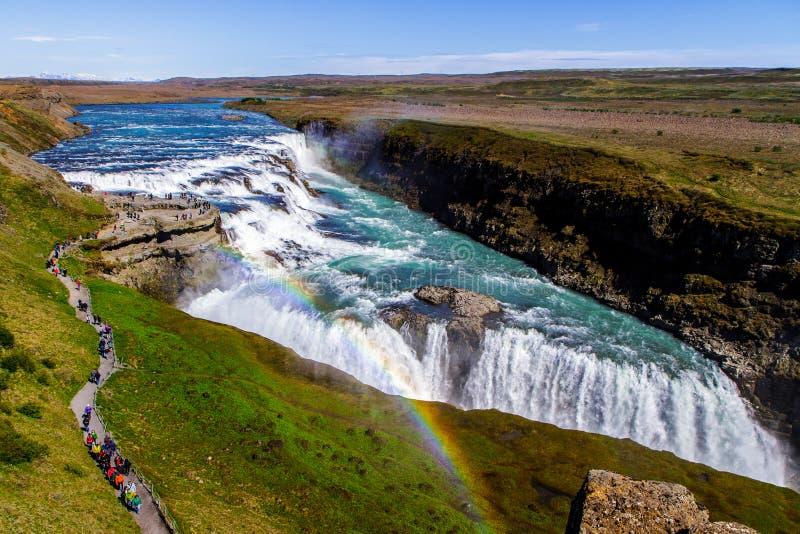 Regnbåge över den Gullfoss vattenfallet i Island 11 06,2017 arkivfoto