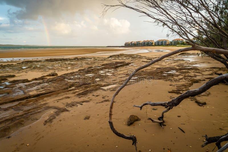 Regnbåge över Fraser Island i Queensland, Australien royaltyfria bilder