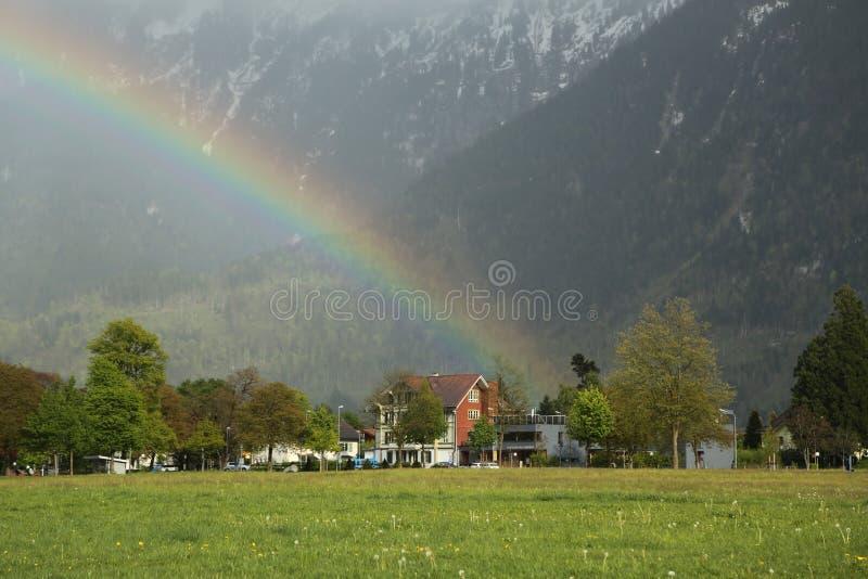 Regnbåge över stad av Interlaken, Schweiz royaltyfria foton