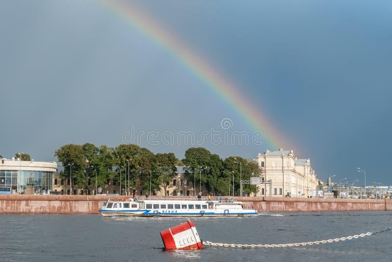 Regnbåge över stad och floden royaltyfria bilder