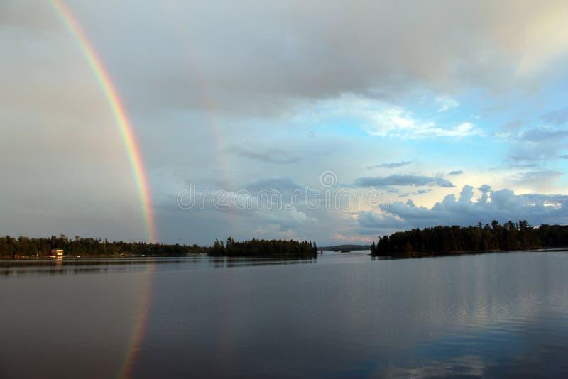 Regnbåge över Stormbay, sjö av träna, Kenora, Ontario royaltyfria foton
