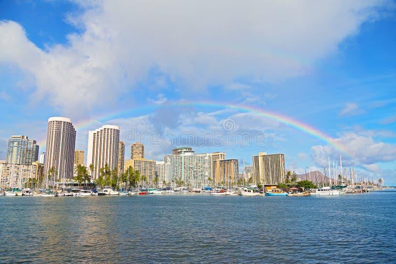 Regnbåge över Waikiki strandsemesterort och marina i Honolulu, Hawaii, USA arkivfoton