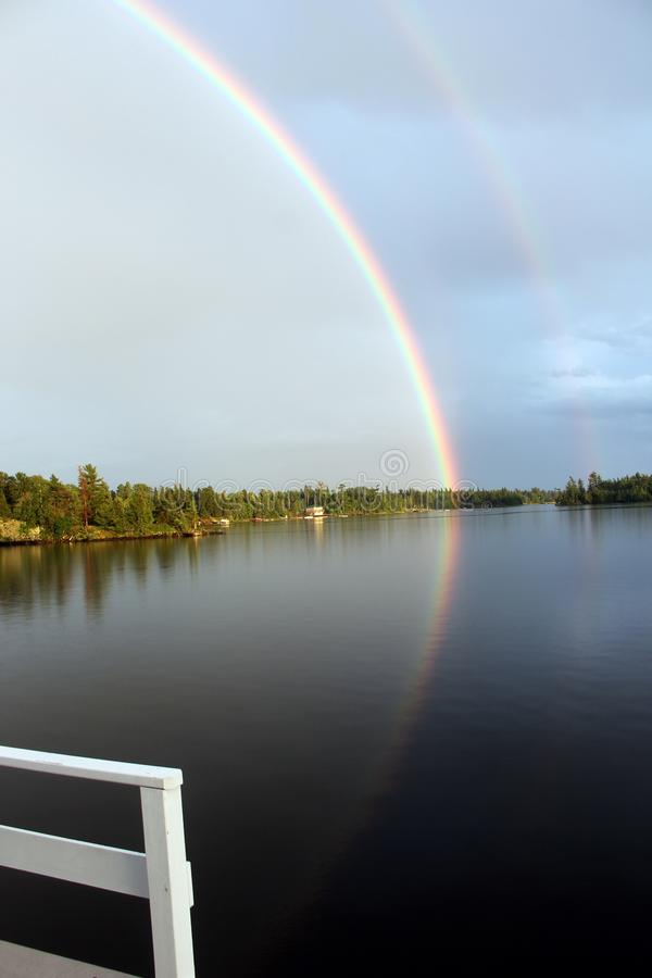 Regnbåge från däcket, sjö av träna, Kenora, Ontario royaltyfria foton