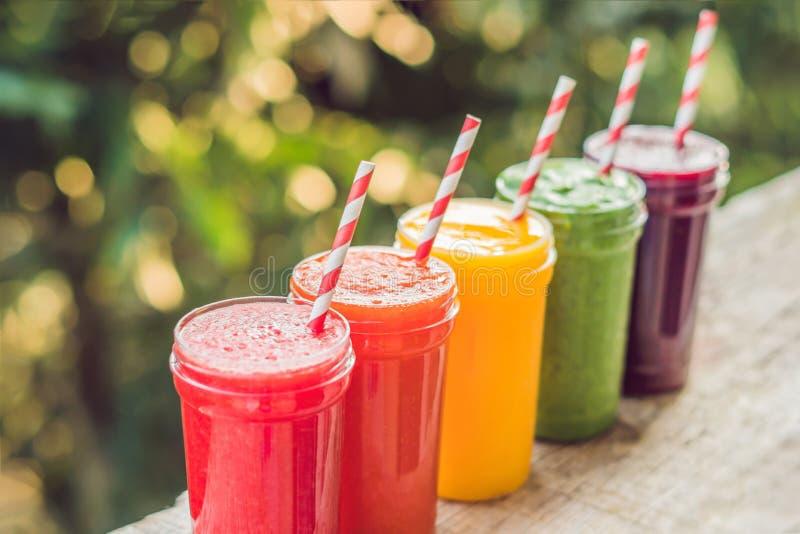 Regnbåge från smoothies Vattenmelon, papayaen, mango, spenat och draken bär frukt Smoothies fruktsafter, drycker, drinkar royaltyfria foton