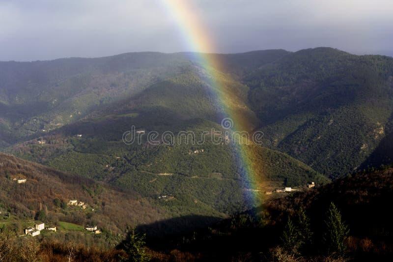 Regnbåge i bergen i Cevennes royaltyfri fotografi