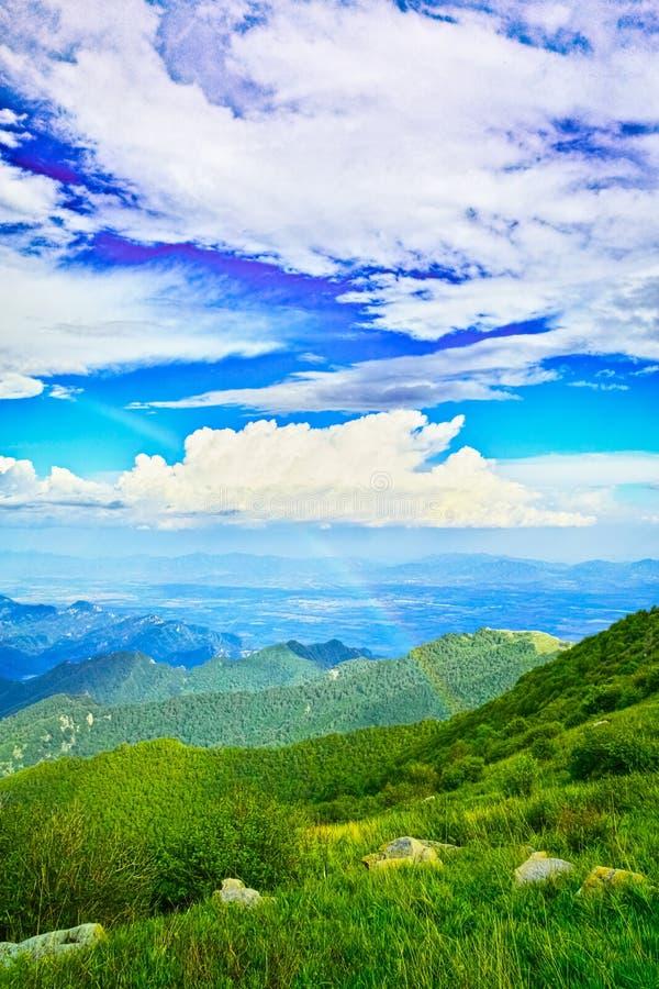 Regnbåge i blå Sky royaltyfri bild