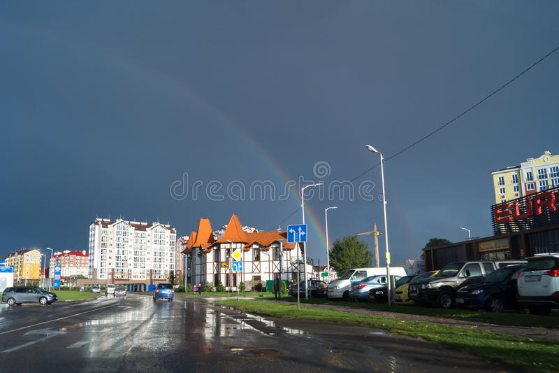 Regnbåge i en molnig himmel över staden av Zelenograd royaltyfri fotografi