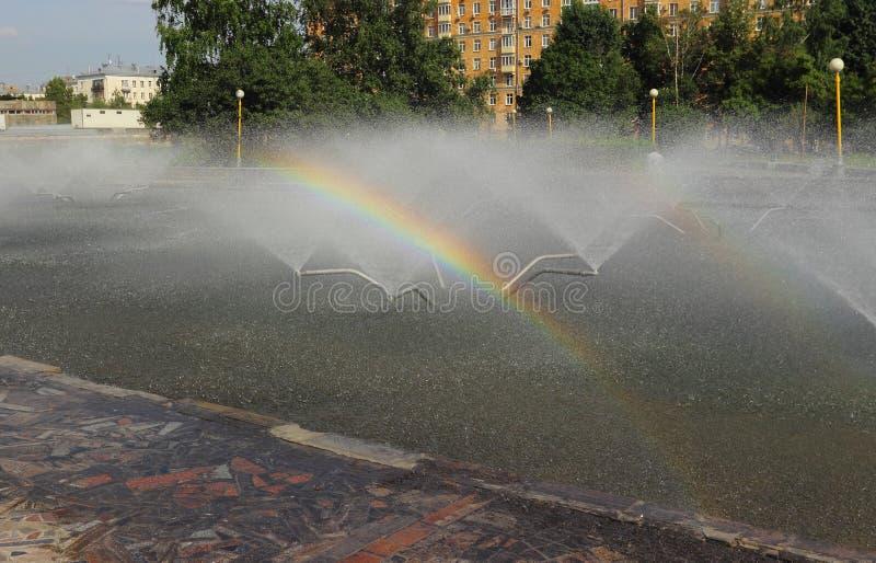 Download Regnbåge I En Stadsspringbrunn Arkivfoto - Bild av moscow, town: 76702916
