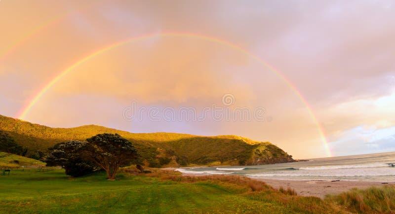 Regnbåge i norra delen av ett land, Nya Zeeland royaltyfri foto