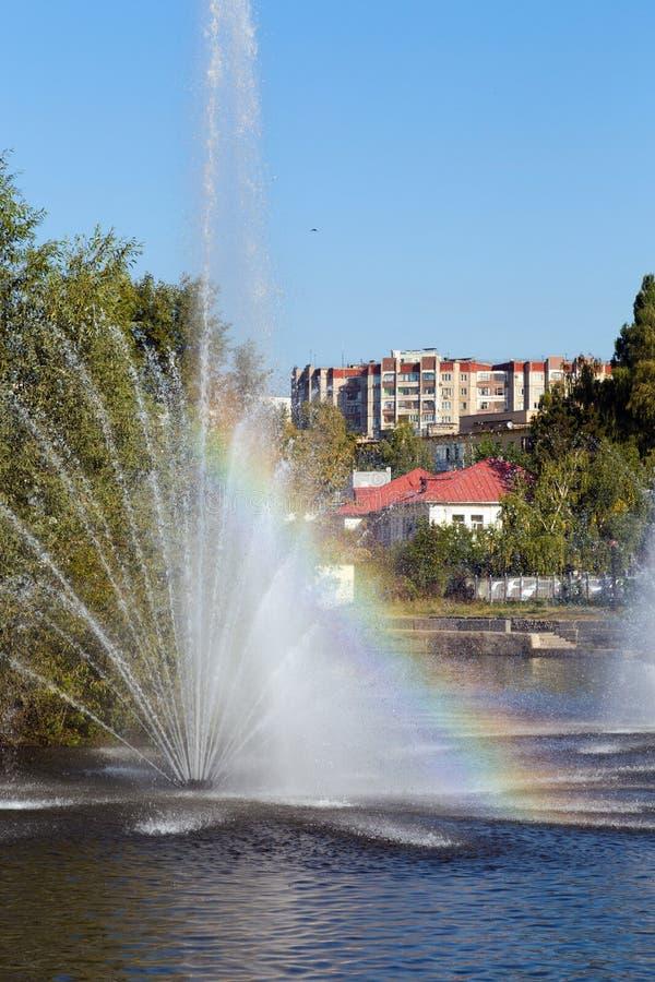 Regnbåge i springbrunnen Komsomolskiy damm, Lipetsk, Ryssland royaltyfria bilder
