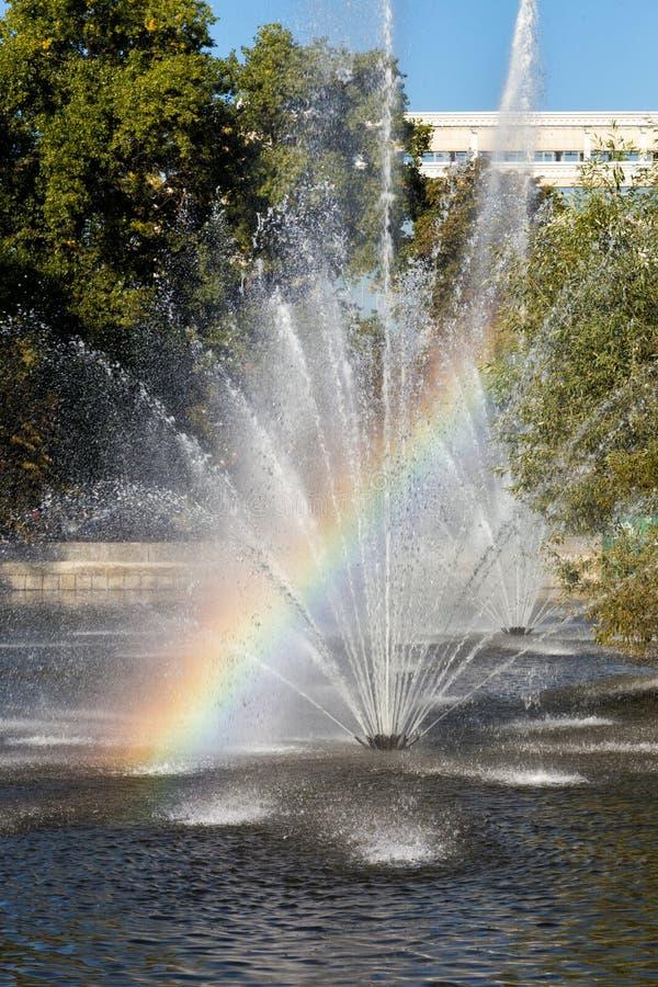 Regnbåge i springbrunnen Lipetsk Ryssland royaltyfri bild
