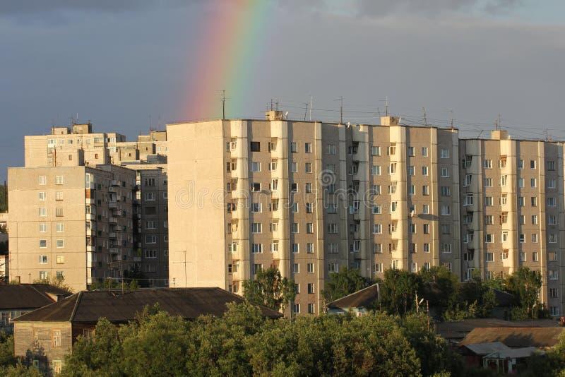 Regnbåge i staden royaltyfri foto