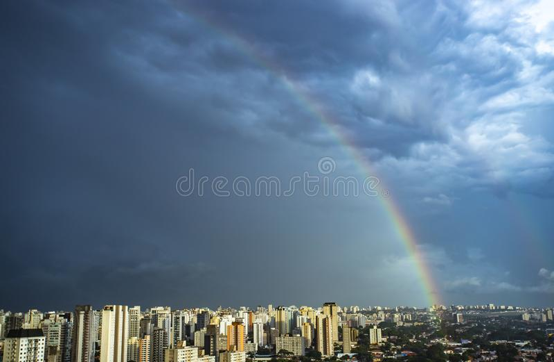 Regnbåge i staden Sao Paulo stad, Brasilien royaltyfria foton
