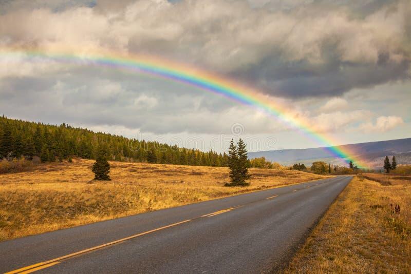 Regnbåge och gå till solvägen i glaciärnationalpark royaltyfria foton