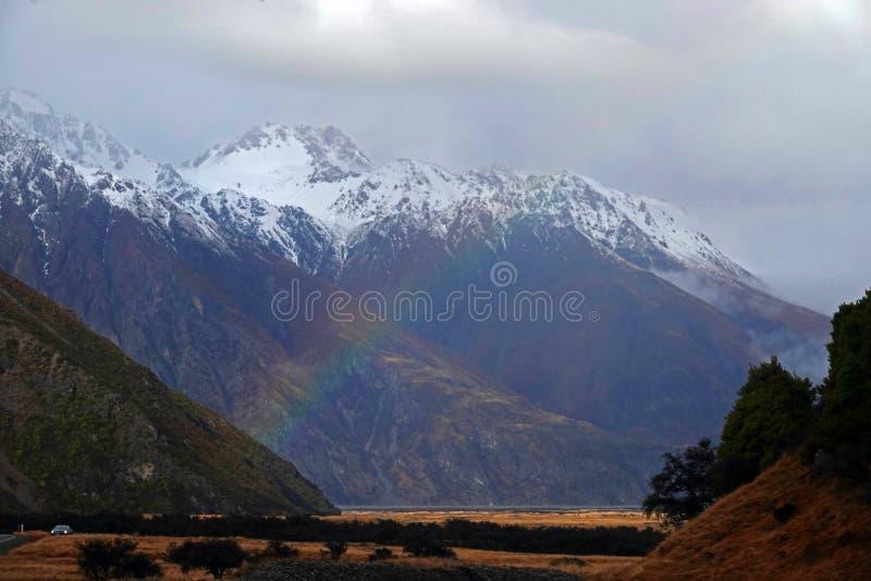 Regnbåge på berget av monteringskocken National Park, Nya Zeeland arkivfoto