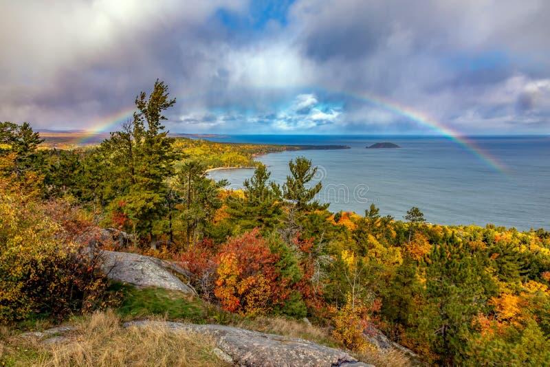Regnbåge på det Sugarloaf berget i höst, Marquette Michigan arkivfoto