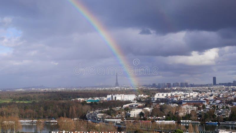 Regnbåge på Eiffeltorn, Paris, Frankrike royaltyfria bilder