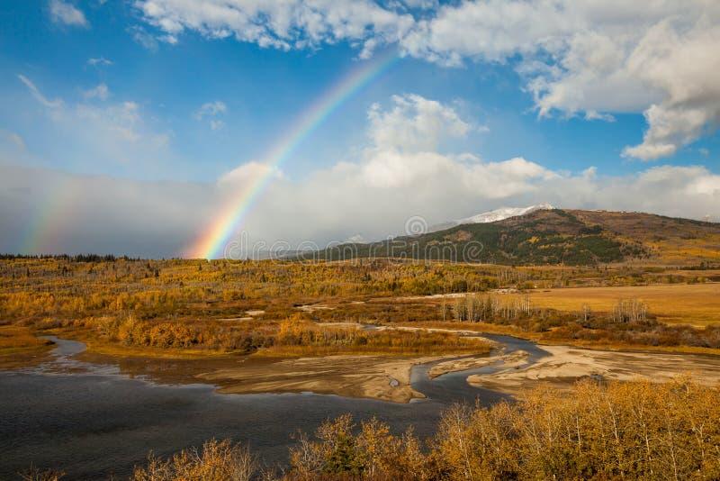 Regnbåge på en höstdag nära St Mary, glaciärnationalpark, royaltyfri fotografi