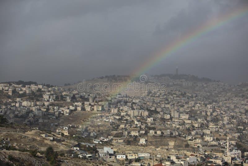 Regnbåge på en sikt av byar runt om Jerusalem e B H fotografering för bildbyråer