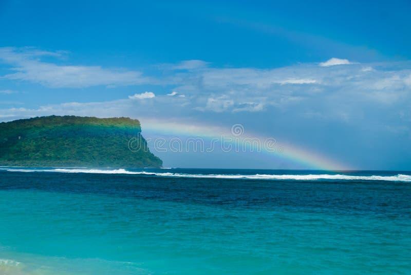 Regnbåge på en Stillahavs- ö arkivfoto