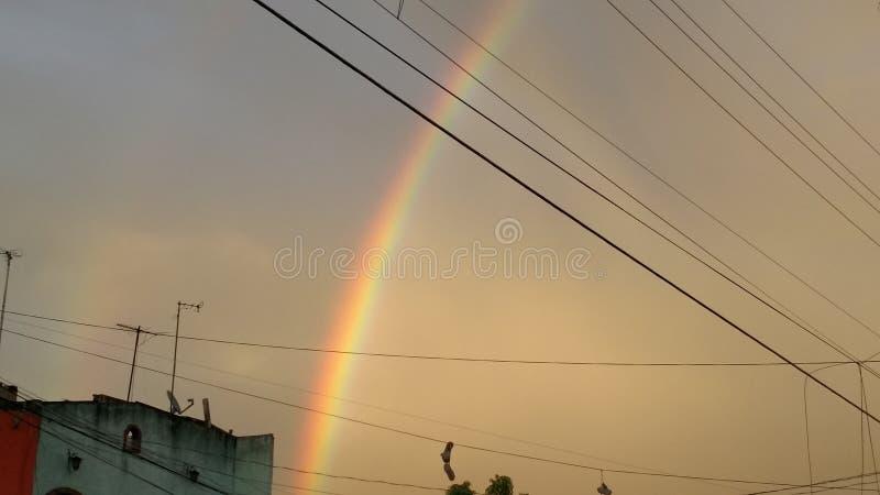 Regnbåge på himmel arkivfoto