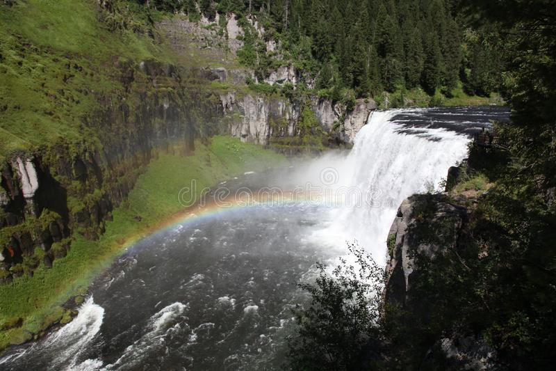 Regnbåge på Mesa Falls i denöstliga Idaho soliga dagen royaltyfri fotografi