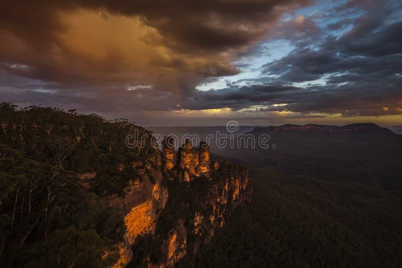 Regnbåge på tre systrar, blå bergnationalpark arkivfoton