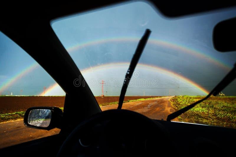 Regnbåge som ses från bilen fotografering för bildbyråer