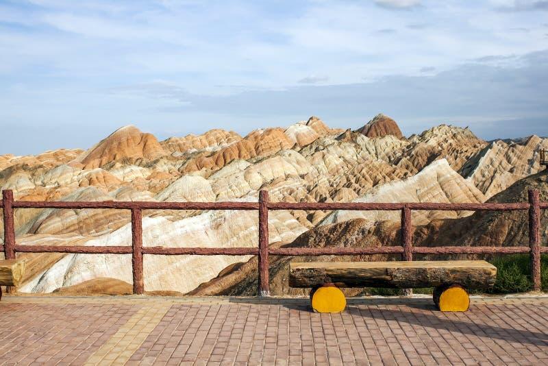 Regnbågeberg i den geologiska Zhangye Danxia landformen parkerar och beskåda plattformen arkivfoton