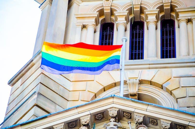 Regnbågeflaggan har flugit på Sydney Town Hall, Australien royaltyfri foto
