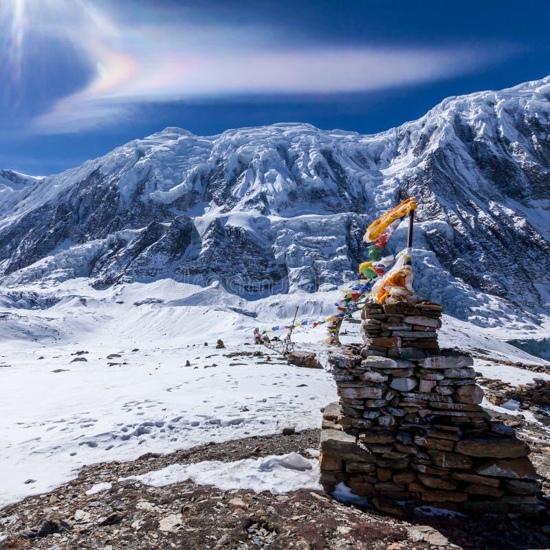 Regnbågemoln ovanför Himalaya berg nära Tilicho sjön Nepal Annapurna naturvårdsområde arkivbild