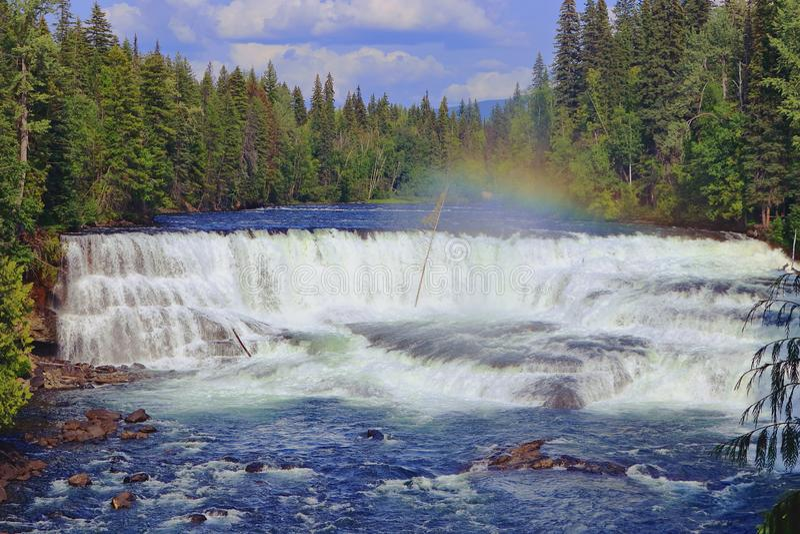 Regnbågen över Dawson Falls på Myrtle River, väller fram Grey Provincial Park, British Columbia arkivfoto