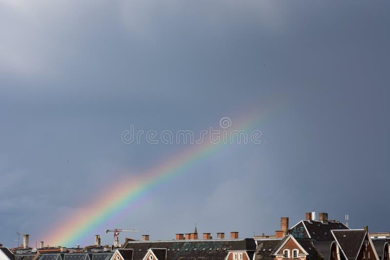 Regnbågen över taklägger royaltyfria foton