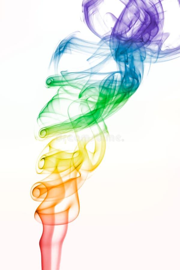 Regnbågen färgat virvla runt röker mönstrar på vit arkivbild