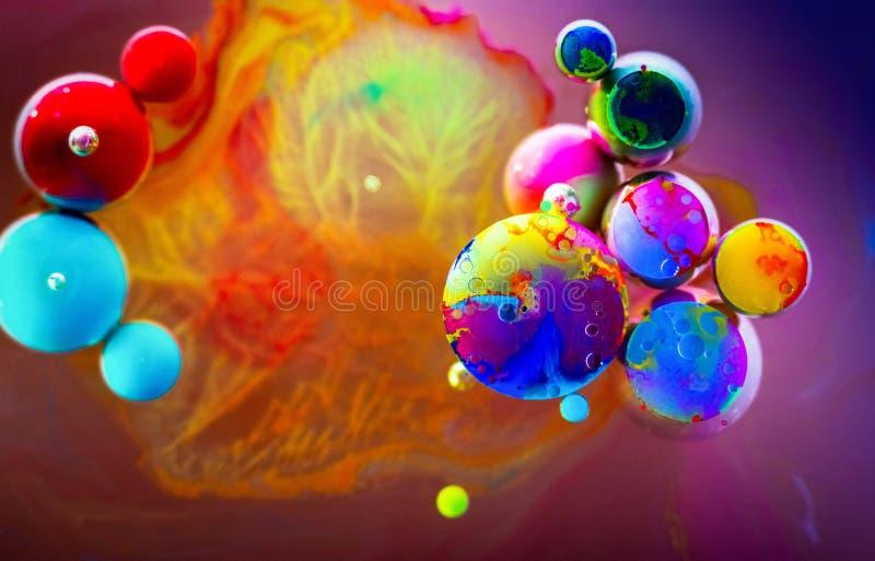 Regnbågen för full färg bubblar vatten för abstrakt konst arkivfoto