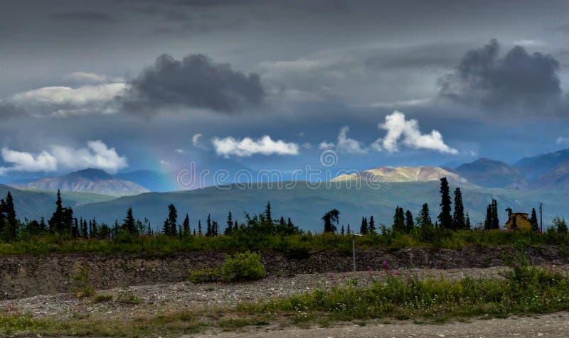 Regnbågen med moln i den Denali nationalparken i Alaska förenade Sta arkivfoto