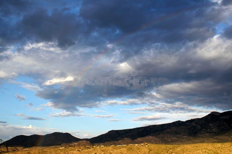 Regnbågen och monsun fördunklar över de Catalina bergen i tucson arizona arkivfoto