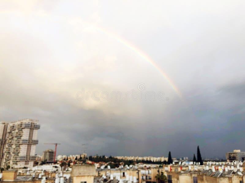 Regnbågepanorama av Rishon Le Zion, moln Bästa sikt av den israeliska staden royaltyfri bild