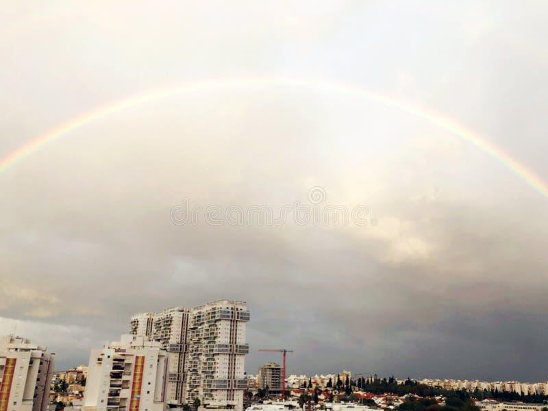 Regnbågepanorama av Rishon Le Zion, moln Bästa sikt av den israeliska staden arkivbild