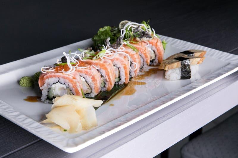 Regnbågesushirulle Sushimeny Japansk mat Bästa sikt av den blandade sushi arkivfoto