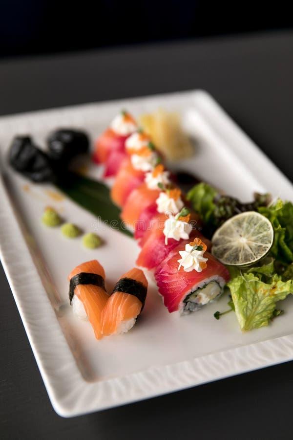 Regnbågesushirulle Sushimeny Japansk mat Bästa sikt av den blandade sushi fotografering för bildbyråer