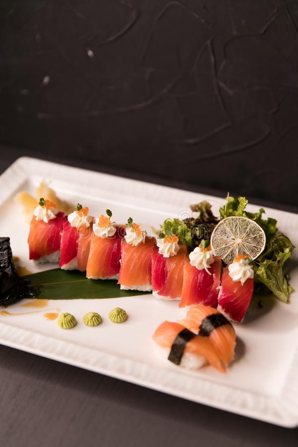 Regnbågesushirulle Sushimeny Japansk mat Bästa sikt av den blandade sushi arkivbild
